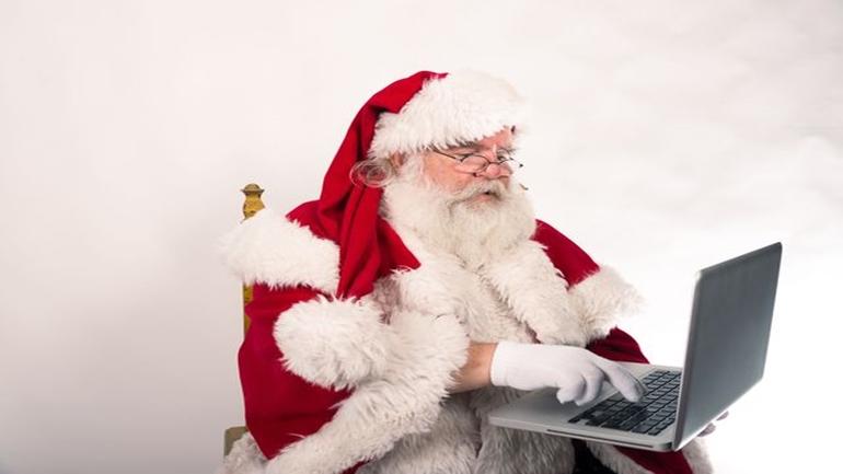 Babbo Natale con computer portatile
